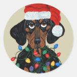 Dachshund Santa enredado en luces de navidad Pegatina Redonda