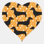 Dachshunds anaranjados de la polca pegatina en forma de corazón