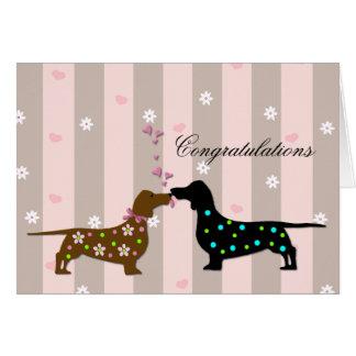 Dachshunds cariñosos que casan enhorabuena tarjeta de felicitación
