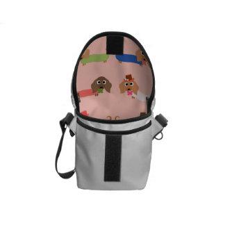 Dachshunds en rosa bolsas de mensajería