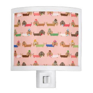 Dachshunds en rosa lámpara de noche