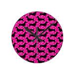 Dachshunds rosados de la polca reloj de pared