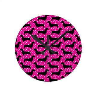 Dachshunds rosados de la polca reloj redondo mediano