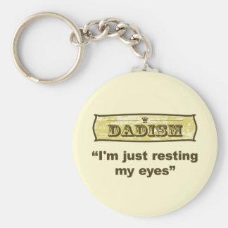 Dadism - apenas estoy descansando mis ojos llavero redondo tipo pin