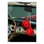 Dados borrosos rojos en convertible tarjeton