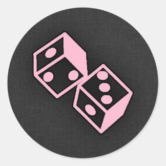Dados rosas claros del casino etiquetas redondas