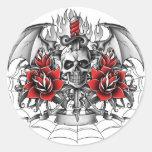 Daga del cráneo n con las alas del diablo etiqueta redonda