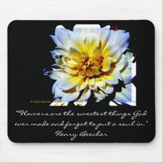 Dalia blanca con el mousepad de la cita de Henry B