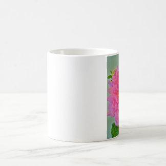 Dalia rosada con una mariposa taza de café