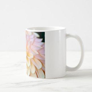 Dalia rosada en la taza blanca
