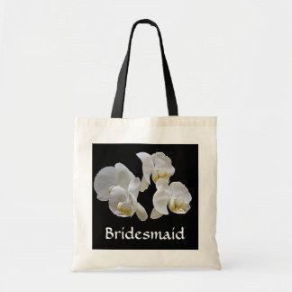 Dama de honor con las orquídeas blancas en bolso bolsa