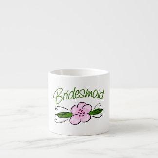 Dama de honor rosada de la flor taza espresso