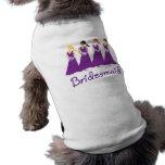 Damas de honor en púrpura ropa perro