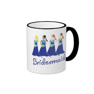 Damas de honor en taza azul del asistente del boda