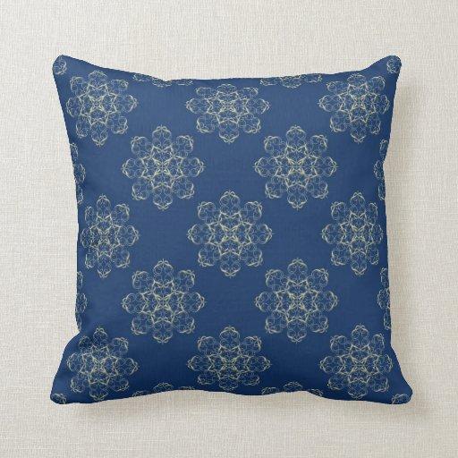 Damasco abstracto de oro de la flor en la almohada