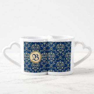 Damasco azul de medianoche del oro medieval con tazas amorosas