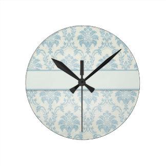 Damasco azul suave con la etiqueta blanca reloj redondo mediano