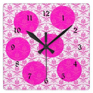 Damasco de las rosas fuertes con los lunares rosad reloj cuadrado