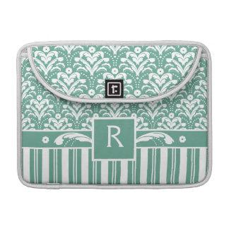 Damasco elegante del verde de mar con su monograma funda para macbooks