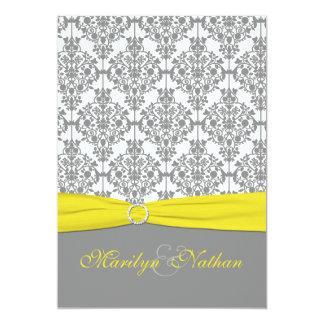 Damasco gris con la invitación amarilla del boda