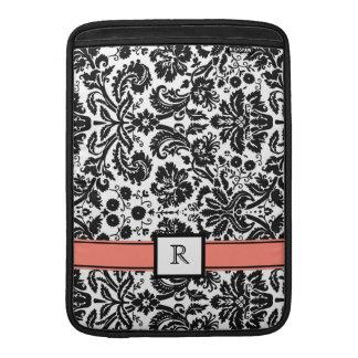 Damasco negro coralino del monograma de encargo de funda  MacBook
