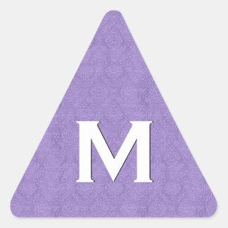 Damasco púrpura con la inicial blanca del pegatina triangular