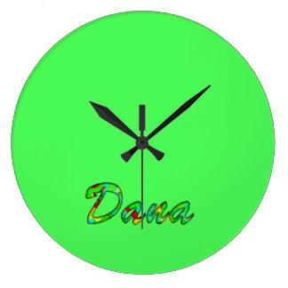Dana personalizó el reloj de pared verde de Deco