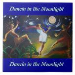 Dancin en la teja de la pared del claro de luna