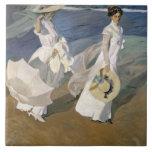 Dando un paseo a lo largo de la costa, 1909 azulejo cuadrado grande