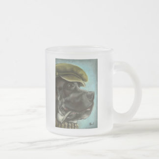 Danés que fuma taza de café esmerilada