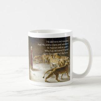 Daniel en la escritura del arte de la biblia de la taza básica blanca