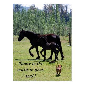 Danza a la música en su alma tarjeta postal