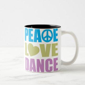 Danza del amor de la paz taza de dos tonos