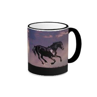 Danza del caballo en la puesta del sol tazas