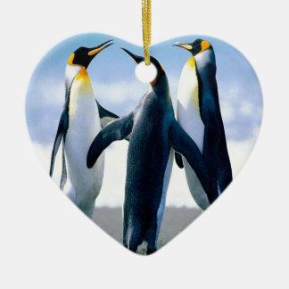 Danza del pingüino adorno navideño de cerámica en forma de corazón
