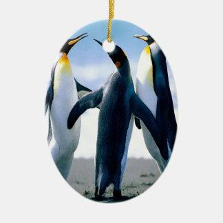 Danza del pingüino adorno navideño ovalado de cerámica
