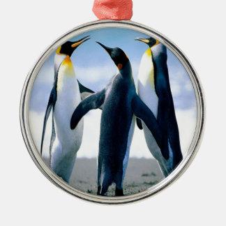 Danza del pingüino adorno navideño redondo de metal