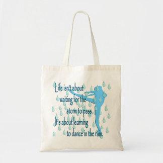 Danza en la bolsa de asas de la lluvia