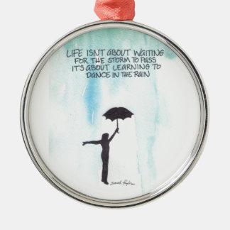 Danza en la lluvia adorno navideño redondo de metal