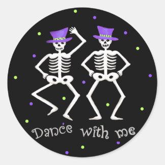 Danza esquelética blanca negra de los huesos de pegatina redonda
