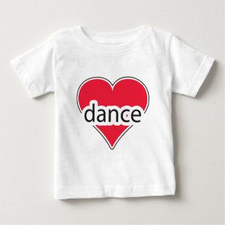 Danza roja del corazón playera para bebé