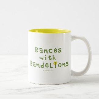Danzas con los dientes de león taza de café de dos colores