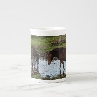 Dartmoor tres potros que beben en el agujero de ri taza de china