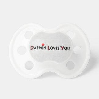 Darwin le ama chupetes de bebé