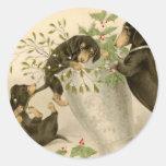 Daschunds juguetones con la baya y el florero del pegatina redonda