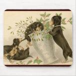 Daschunds juguetones con la baya y el florero del  tapete de raton