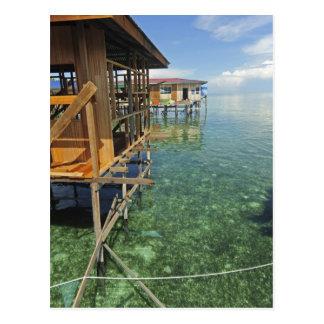 Dayak Lau que vive en los barcos y las casas en Postal