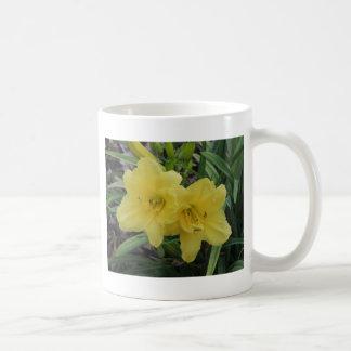 Daylilies amarillos soleados taza de café