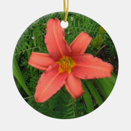 Daylily - sola flor adorno redondo de cerámica