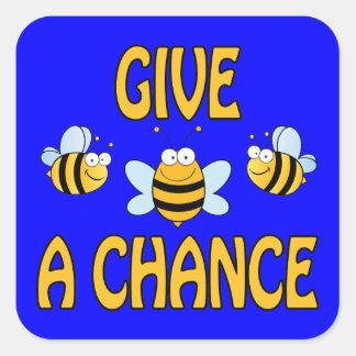 Dé a abejas una oportunidad pegatina cuadrada